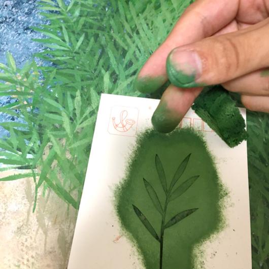 ヨシ原の型紙を使って描いています。