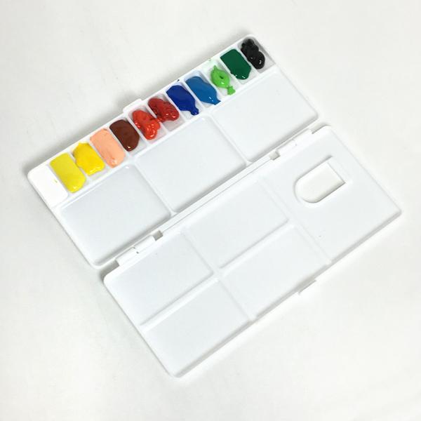 絵の具をパレットに出して固形化