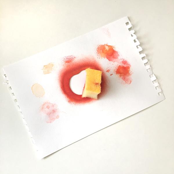 スポンジでリンゴを描いてみる~図案を紙の上にのせて、スポンジでとんとんする~