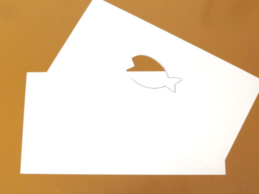 絵を描く紙と形を切り取った紙を・・・