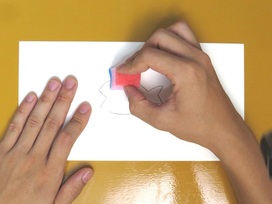 紙を押さえて、スポンジをとんとんしていく