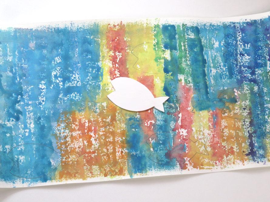 前回の型抜きでうまれたお魚の形を紙に写して