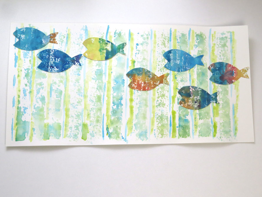 水の中を泳ぐ魚の群れの完成