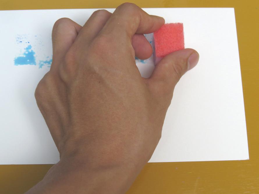 紙の上でスポンジをとんとん