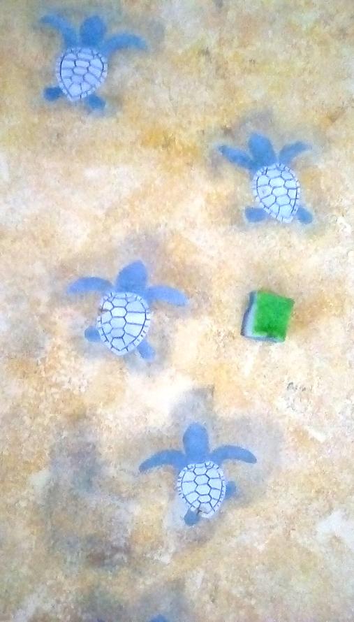 アカウミガメの赤ちゃんをスポンジで描いていきます