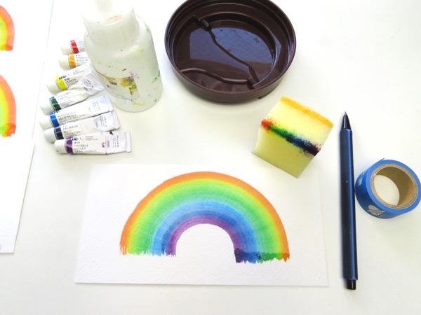 後は、線に合わせてスポンジを動かすだけで、形の綺麗な虹が描けます。