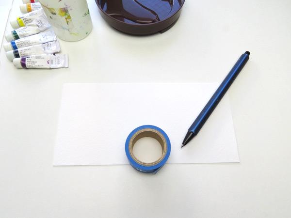 形の綺麗な虹を描く方法。丸い形のものを用意します。(ここではマスキングテープ)